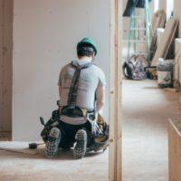 Photo d'un ouvrier sur un chantier de construction